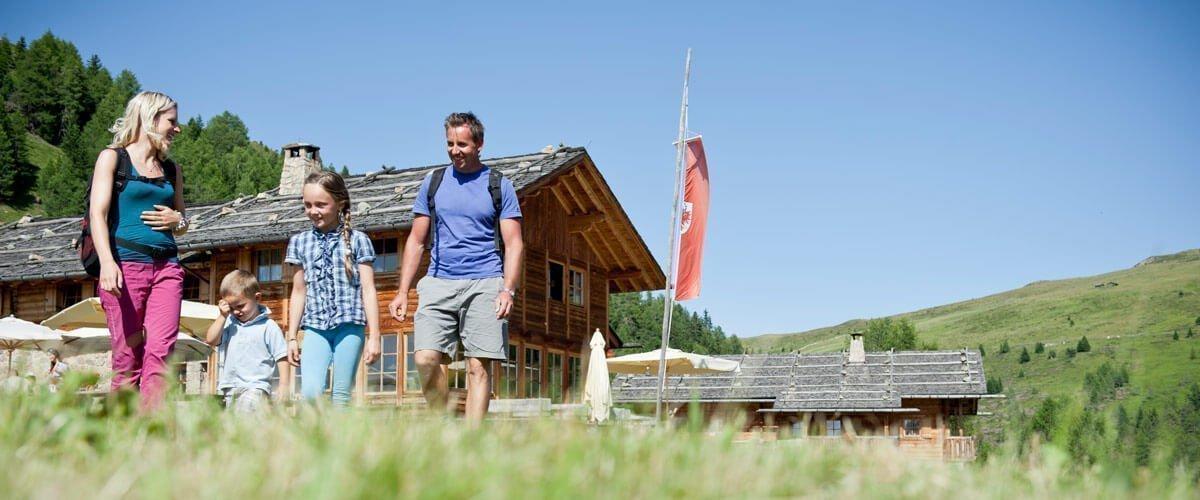 L'escursionismo sull'Alpe in tutte le sue sfaccettature, partendo direttamente dalla porta del nostro rifugio