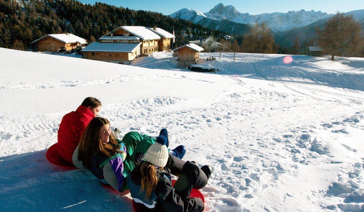 La gioia dello slittino e il grande divertimento degli sport invernali